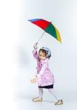 Nettes kleines Mädchen mit buntem Regenschirm Stockbild