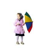 Nettes kleines Mädchen mit buntem Regenschirm Stockfotografie