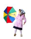 Nettes kleines Mädchen mit buntem Regenschirm Stockfotos