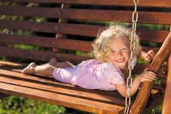 Nettes kleines Mädchen mit dem blonden lockigen Haar Stockfoto