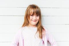 Nettes kleines Mädchen mit dem langen Haar, draußen Lizenzfreie Stockfotografie