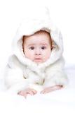Nettes kleines Mädchen mit einem warmen Mantel ein stockfoto