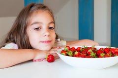 Nettes kleines Mädchen mit Erdbeere lizenzfreies stockbild
