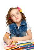Nettes kleines Mädchen mit Filzstiftzeichnung im Kindergarten lizenzfreie stockfotografie