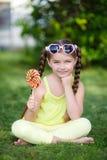 Nettes kleines Mädchen mit großem buntem Lutscher Lizenzfreies Stockbild