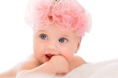 Nettes kleines Mädchen mit großen blauen Augen Stockbild