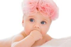 Nettes kleines Mädchen mit großen blauen Augen Stockbilder