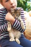 Nettes kleines Mädchen mit Kätzchen stockfotos