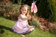 Nettes kleines Mädchen mit Orchidee Stockbilder