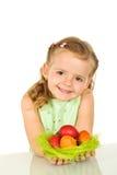 Nettes kleines Mädchen mit Ostereiern Stockfotografie