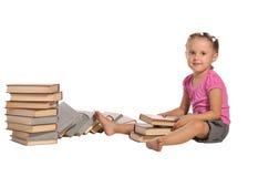 Nettes kleines Mädchen mit Stapel der Bücher getrennt lizenzfreie stockbilder