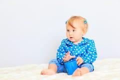 Nettes kleines Mädchen mit Tasse Tee Stockfotografie