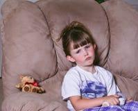 Nettes kleines Mädchen mit verärgertem Blick lizenzfreies stockfoto