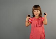 Nettes kleines Mädchen mit In-Yan-Kugeln Lizenzfreie Stockbilder