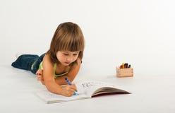 Nettes kleines Mädchen mit Zeichnungsbuch Lizenzfreies Stockfoto