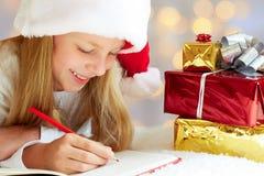 Nettes kleines Mädchen schreibt Santa Claus Brief Stockbild