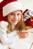 Nettes kleines Mädchen schreibt Santa Claus Brief Lizenzfreie Stockfotografie