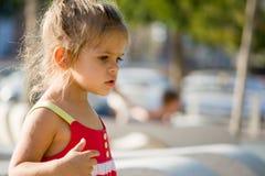 Nettes kleines Mädchen am Sommertag Lizenzfreies Stockbild