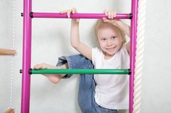Nettes kleines Mädchen am Spielplatz lizenzfreie stockfotografie