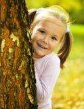 Nettes kleines Mädchen spielt Verstecken Lizenzfreies Stockbild