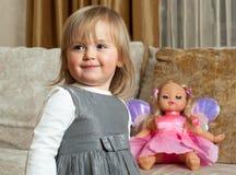 Nettes kleines Mädchen und eine Puppe Stockbilder