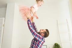 Nettes kleines Mädchen und ihr Vati haben Spaß zu Hause lizenzfreie stockfotografie