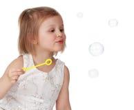 Nettes kleines Mädchen und Luftblasen stockfotografie