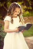 Nettes kleines Mädchen, welches die Bibel liest lizenzfreies stockfoto