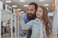 Nettes kleines M?dchen, das im Einkaufszentrum mit ihrem Vater kauft stockfoto