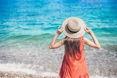 Nettes kleines M?dchen am Strand w?hrend der Sommerferien lizenzfreie stockbilder