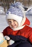Nettes kleines Mädchen auf dem Schnee Lizenzfreies Stockbild