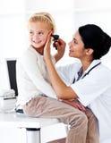 Nettes kleines Mädchen, das eine medizinische Überprüfung bedient Stockfotos