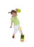 Nettes kleines Mädchen, das gelbe Blume wässert Lizenzfreie Stockbilder