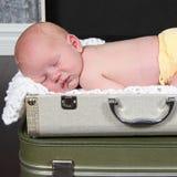 Nettes kleines neugeborenes Baby, das für Kamera aufwirft stockfoto
