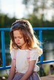 Nettes kleines schreiendes Mädchen mit Tiara Stockfotografie