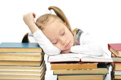 Nettes kleines Schulmädchen schlafend auf Büchern Stockfoto