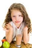 Nettes kleines Vorschülermädchen mit Kakao lizenzfreies stockbild