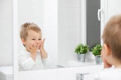 Nettes Kleinkind, das wie man sein Gesicht lernt, wäscht Stockfotos
