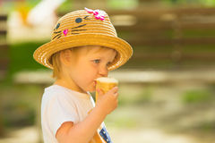 Nettes Kleinkind-Mädchen, das Eiscreme isst lizenzfreies stockfoto