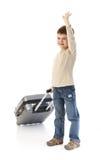Nettes Kleinkind mit dem wellenartig bewegenden Lächeln des Gepäckes Stockfoto