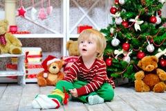 Nettes Kleinkind und Weihnachtsgeschenk Lizenzfreie Stockfotografie