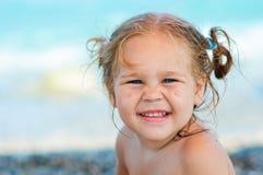 Nettes Kleinkindmädchen auf Seehintergrund Stockfotografie