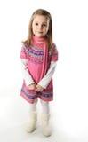 Nettes Kleinkindmädchen, das einen Schal und ein Kleid trägt Stockfoto