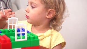 Nettes Kleinkindmädchen-Gebäudehaus stock video