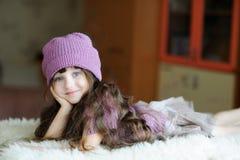 Nettes Kleinkindmädchen im purpurroten Hut Lizenzfreie Stockbilder