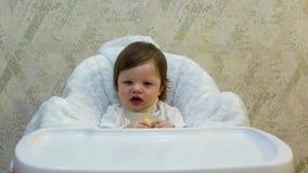 Nettes Kleinkindmädchen isst Keks mit Appetit stock video footage