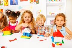 Nettes Kleinkindspiel mit Plastikblöcken Lizenzfreie Stockbilder