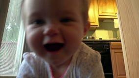 Nettes kriechendes Baby, das für Sie kommt stock video footage