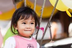 Nettes Lächeln des kleinen Mädchens und glücklich Stockbild