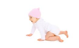 Nettes lächelndes Baby im Hut kriecht auf Weiß Stockbild